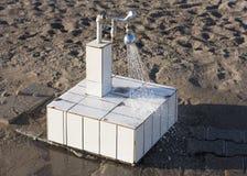 Fuß gewaschen am Strandfotoduschwasserhahn Lizenzfreie Stockbilder