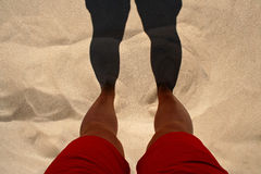 Fuß im Strandsand Stockfotos
