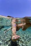 Fuß mit den gemalten Nägeln Unterwasser Stockfotografie