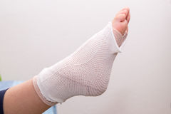 Fuß mit der Verbandfußverletzung, verstaucht Fuß, verstauchter Knöchel Lizenzfreie Stockfotos