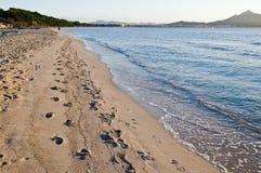Fuß tritt in den Sand auf dem Strand Lizenzfreie Stockfotografie