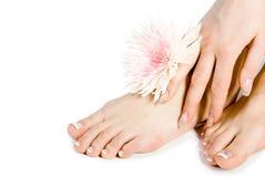 Fuß und Hand der Frau mit flo lizenzfreies stockfoto