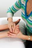 Fuß während der Massagebehandlung Stockfotos