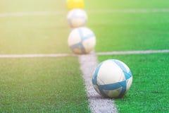 Fußbälle richten auf Linie auf Fußballtrainingsfeld aus stockfoto