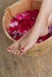 Fußbad mit Blumen im Badekurortsalon Lizenzfreies Stockfoto