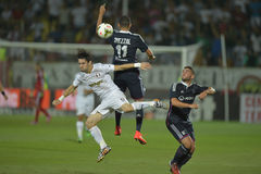 Fußballüberschriftsduell Stockfoto