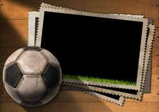 Fußball - alte Foto-Rahmen mit Fußball lizenzfreie abbildung