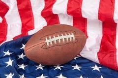 Fußball auf amerikanischer Flagge Stockbilder