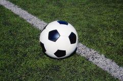 Fußball auf astro Rasen Lizenzfreies Stockfoto