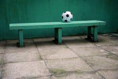 Fußball auf Bank Lizenzfreie Stockfotografie