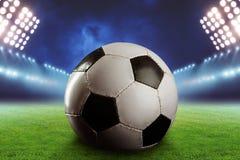 Fußball auf dem Fußballplatz Stockbild