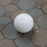 Fußball auf dem Fußweg stockbilder