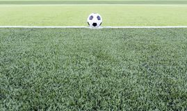 Fußball auf dem grünen Feld Lizenzfreies Stockfoto