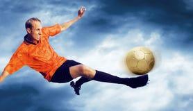 Fußball auf dem Himmel Lizenzfreie Stockbilder