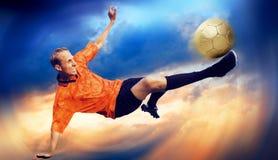 Fußball auf dem Himmel Lizenzfreie Stockfotos