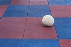 Fußball auf dem Spielplatz lizenzfreie stockfotografie