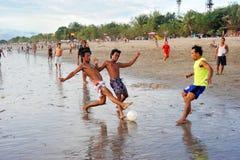 Fußball auf dem Strand Lizenzfreie Stockbilder