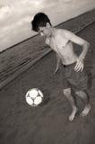 Fußball auf dem Strand Lizenzfreie Stockfotografie