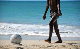 Fußball auf dem Strand Stockfotografie