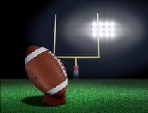 Fußball auf dem T-Stück betriebsbereit, weg getreten zu werden Stockfotografie