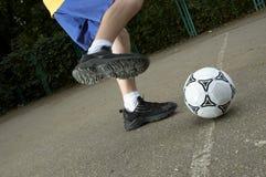 Fußball auf der Straße stockbild
