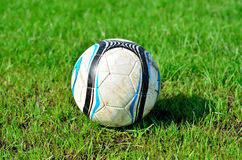 Fußball auf des grünen Grases Lizenzfreies Stockbild