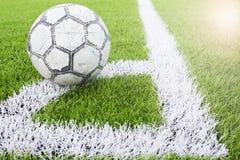 Fußball auf Ecke des künstlichen Rasenfußballs, Fußballplatz Lizenzfreies Stockbild
