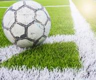 Fußball auf Ecke des künstlichen Rasenfußballs, Fußballplatz Stockfoto