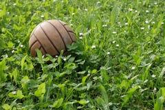 Fußball auf einem grünen Gebiet Lizenzfreies Stockfoto