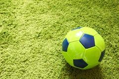 Fußball-Fußball auf einem künstlichen Gras der grünen Oberflächennachahmung Trägt Fotografie zur Schau Stockfoto