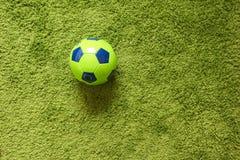 Fußball-Fußball auf einem künstlichen Gras der grünen Oberflächennachahmung Trägt Fotografie zur Schau Stockbilder