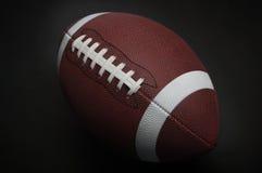 Fußball auf einem schwarzen Hintergrund stockfoto