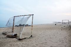 Fußball auf einem Strand Stockbilder