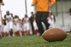 Fußball auf Feld Lizenzfreie Stockbilder