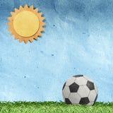 Fußball auf Feld aufbereiteter Papierfertigkeit Lizenzfreies Stockbild