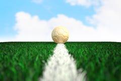 Fußball auf Feld mit Himmelhintergrund Stockfotos