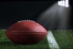 Fußball auf Feld nachts Stockfotos