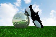Fußball auf Feld- und Fußballschuh Lizenzfreie Stockfotografie