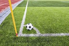 Fußball auf Fußballplatz Stockbild