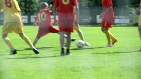 Fußball auf grünem Feldabschluß oben auf Beinen spielen stock video
