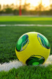 Fußball auf grünem Gras stockfotos