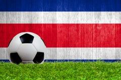 Fußball auf Gras mit Costa Rica-Flagge Lizenzfreie Stockfotografie