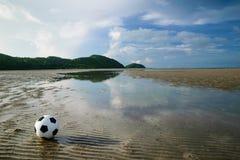 Fußball auf Sand- und Strandlandschaft Stockfoto