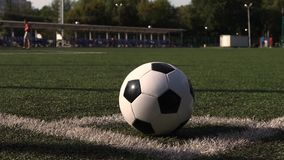 Fußball auf Spielplatzecke des grünen Grases stock video footage