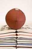Fußball auf Stapel Büchern lizenzfreies stockbild