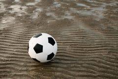 Fußball auf Strand mit Sandwellenhintergrund Lizenzfreie Stockbilder