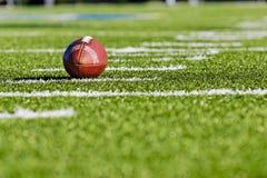 Fußball auf Yardzahl-Zeile Lizenzfreie Stockbilder