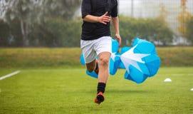 Fußball-Fußball-Ausdauer-Training Geschwindigkeit oder Sprint-Prüfung mit Fallschirm Berufsfußball-Festigkeitsprüfung stockfotos