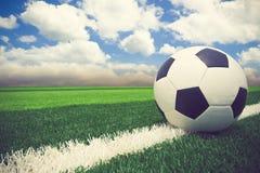 Fußball blauer Himmel des Fußballs im blauen Himmel Stockfoto
