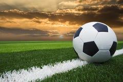 Fußball blauer Himmel des Fußballs im Sonnenuntergang Stockbild